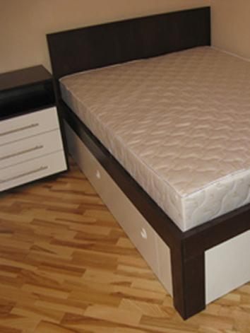 Cпальня: кровать, тумбочка