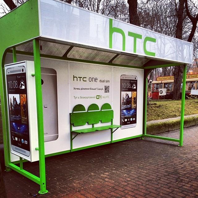 Автобусная остановка, оформленная наружной рекламой