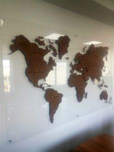 Карта мира из дерева и прозрачного акрила